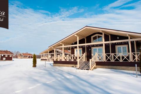 Отдых в отеле премиум-класса Vazuza Country Club в будни, выходные или на праздниках: проживание в номере с видом на озеро, завтраки, хаммам, прокат лыж, коньков и не только. Скидка до 67%
