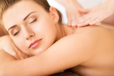 3 или 5 сеансов общего или антицеллюлитного массажа в салоне красоты «Санторини». Скидка до 88%