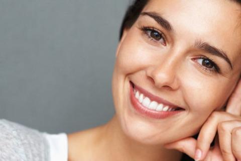 Ультразвуковая чистка, Air Flow, капитальное отбеливание зубов на 12-15 тонов, лечение кариеса с установкой светоотверждаемой пломбы или установка керамических коронки 3D Master от стоматологии «Практик Дент». Скидка до 89%