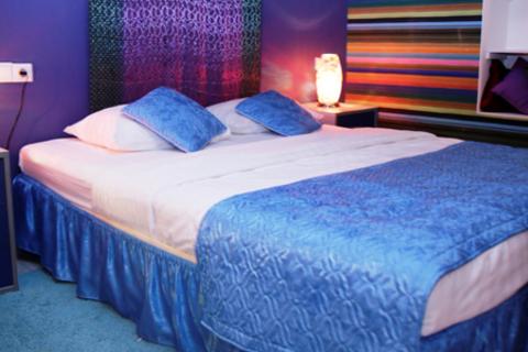 Отдых в тематических номерах «Прованс», «Техас», «Альпийский домик» или «Индия» на выбор в будни и выходные в отеле «Ситикомфорт» на Арбатской. Скидка до 50%