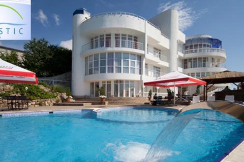 Отдых для двоих по системе «всё включено» в Крыму в отеле Majestic, включая майские праздники: номера выбранной категории, бассейн, пользование spa-зоной, экскурсии и не только. Скидка до 50%