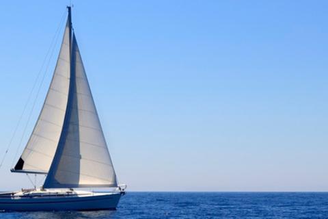 Теоретический курс «Яхтенный матрос» и практическая 3-часовая прогулка на парусной яхте в Подмосковье для одного или двух человек от школы «Клуб яхтенных капитанов». Скидка до 72%